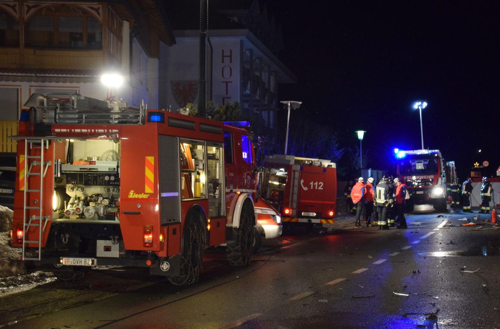 EINMALIGE VERWENDUNG Auto fährt in Südtirol in Reisegruppe - Sechs Tote