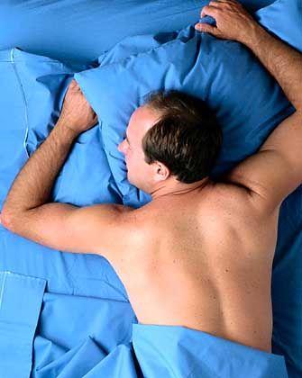 Schlafender Mann: Effizienter Schlaf ist wichtig fürs Immunsystem
