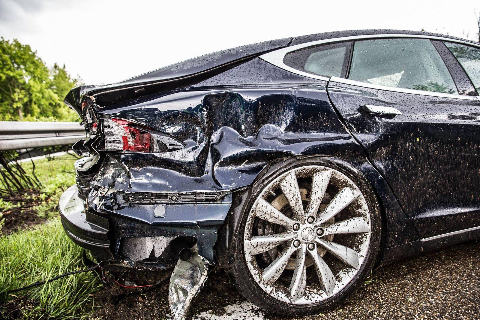Tesla bei Unfall auf A7 verwickelt Der starke Regen dürfte der Grund sein dass der Fahrer eines bl