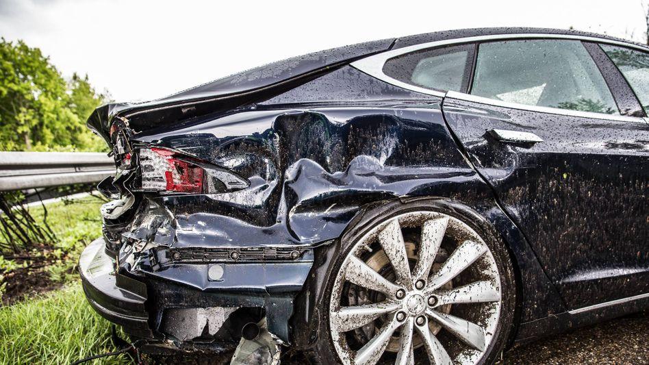 Tesla-Fahrzeug nach einem Crash auf der Autobahn (Archivbild)