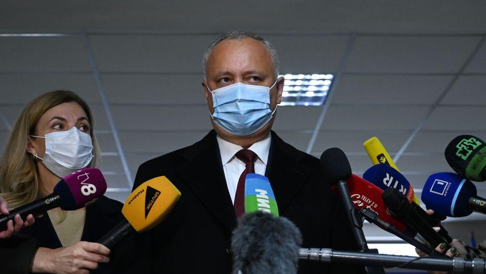 Präsident Igor Dodon muss sich seiner Herausforderin Maia Sandu nun in einer Stichwahl stellen