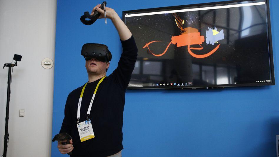 HTC-Vive-Träger beim Malen in der virtuellen Realität: Der Preis der Brille ist weiter unklar