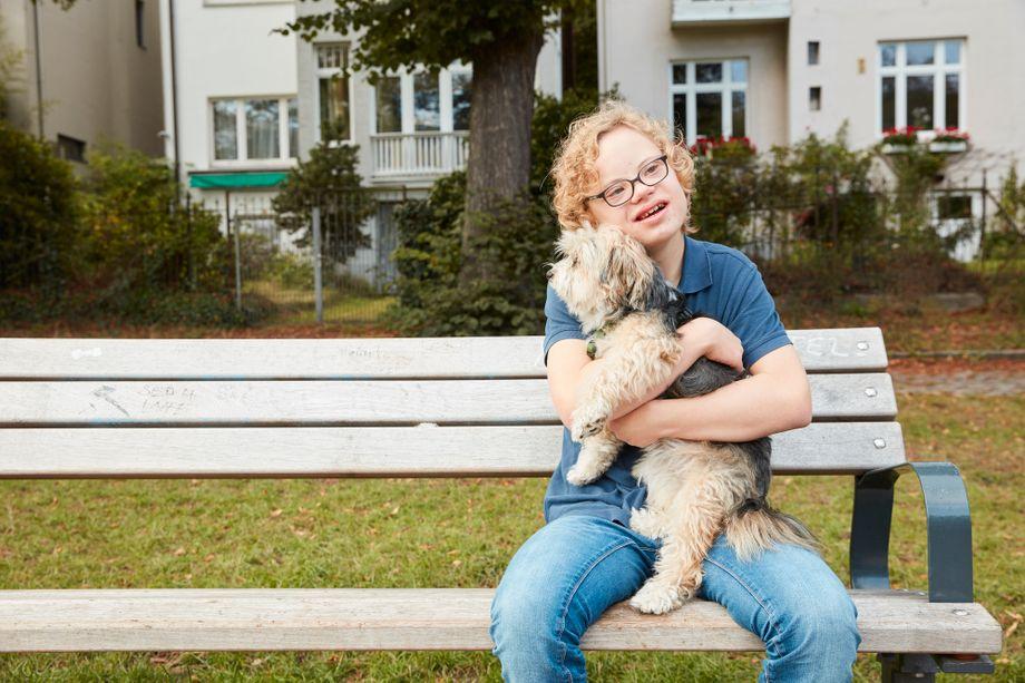 Anton kümmert sich liebevoll um Nachbarshündin Alina.