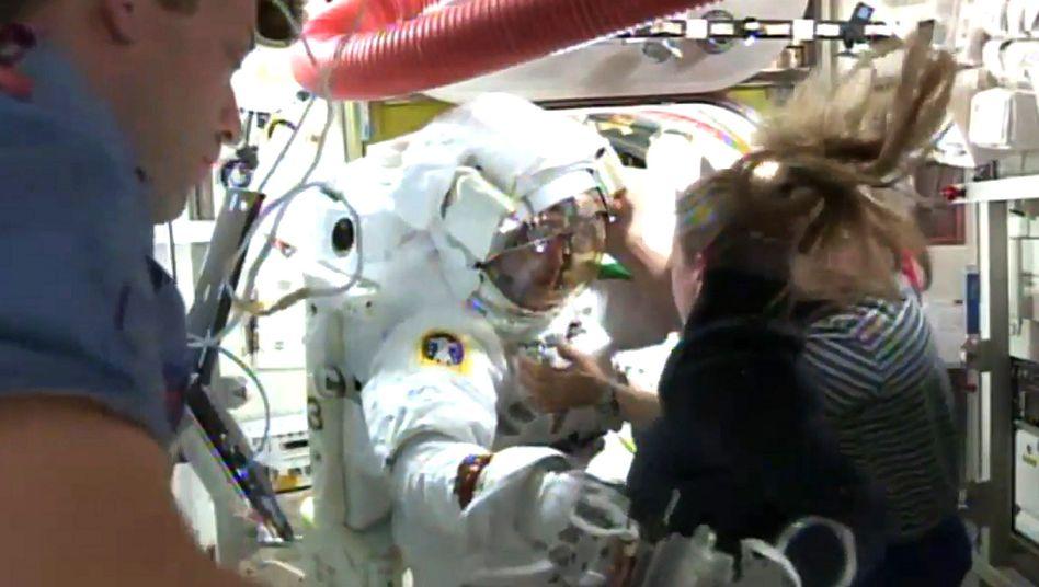 Zurück in der ISS (16. Juli): Die Crew befreit Luca Parmitano von dem mit Wasser vollgelaufenen Helm