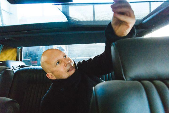 Scumeck Sabottka auf dem Rücksitz des Lagonda