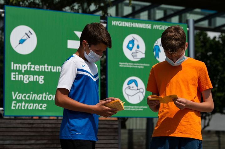 Jugendliche Impflinge vor Impfzentrum auf Messegelände in Hannover