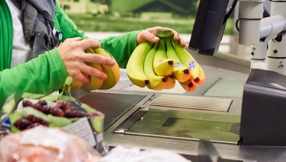 Supermarktkasse in Bayern: Auf Lebensmittel sind bis Jahresende nur fünf statt sieben Prozent Mehrwertsteuer fällig