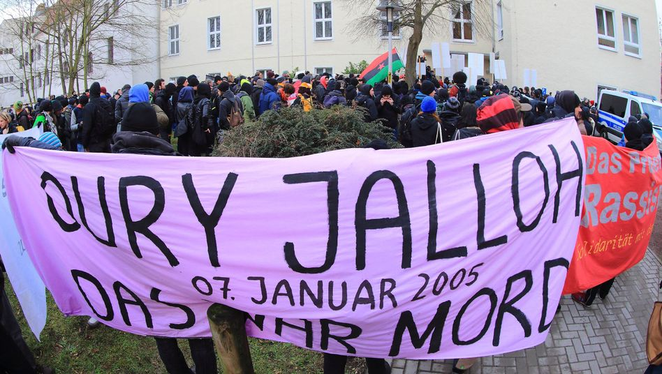 Demonstration in Dessau: Mahnung am Todestag des Asylbewerbers Oury Jalloh