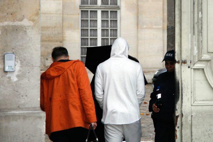 Benzema, in Weiß: Auf dem Weg zur Polizeistation in Versailles