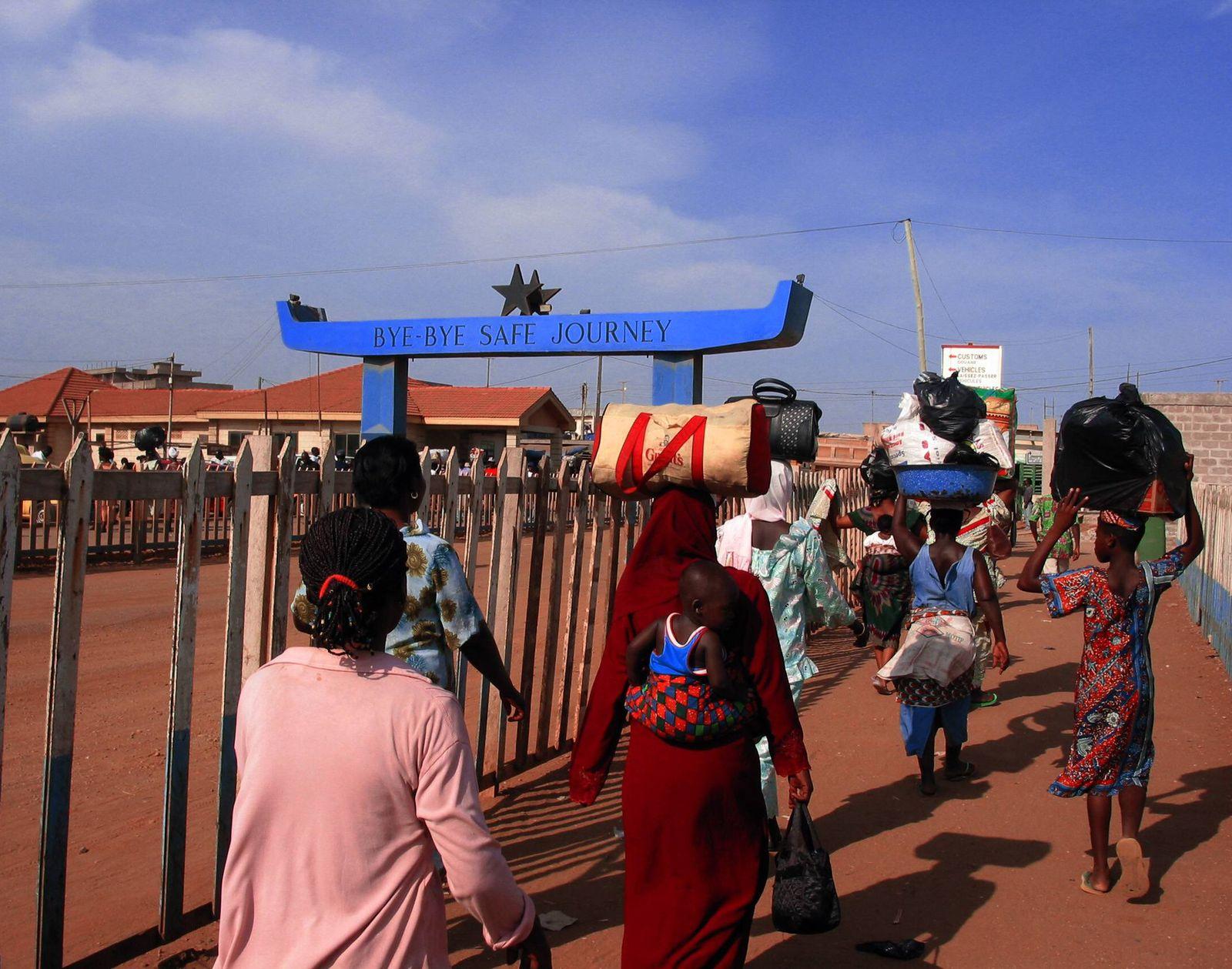 EINMALIGE VERWENDUNG Grenze Togo in Ghana / Afrikanische Odyssee