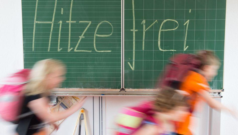 Zweitklässler an einer Grundschule in Dresden (Archivbild)