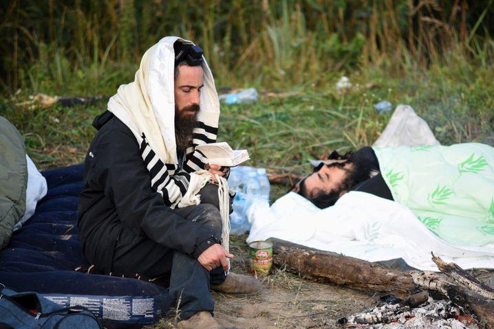 Warten auf ihre Einreisegenehmigung: Zwei ultraorthodoxe Männer