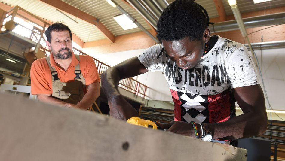 Alle Hürden gemeistert: Ein Asylbewerber mit Lehrlingsstelle in einer süddeutschen Tischlerei