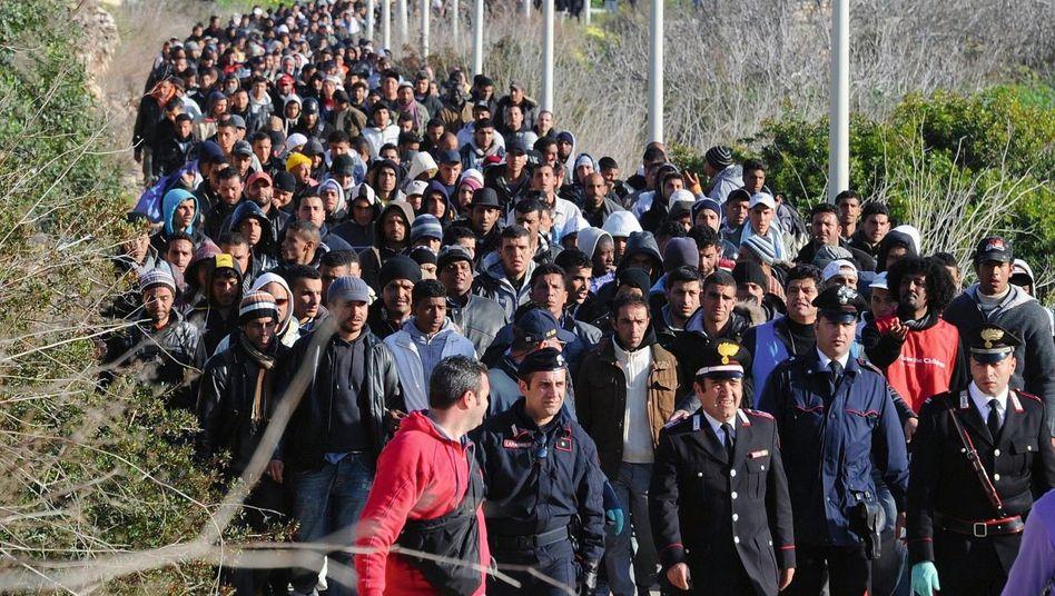 Ankunft von Flüchtlingen in einem Auffanglager auf Lampedusa: Hundert Seemeilen bis ins Paradies