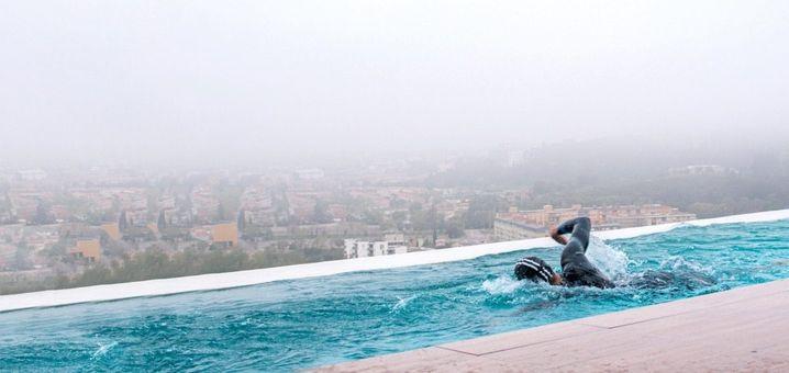 Im heimischen Pool hat sich Jan Frodeno eine Gegenstromanlage einbauen lassen. Die erzeugt einen Wasserwiderstand, gegen den Jan anschwimmt. So kann er lange Strecken schwimmen, ohne ständig wenden zu müssen.