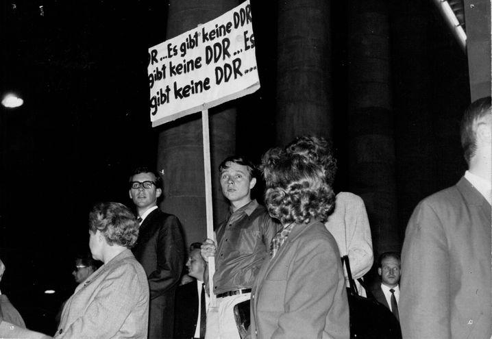 Demo in Stuttgart: Peter Grohmann karikierte am 17. Juni 1961 die Nichtanerkennung der DDR durch die Bundesrepublik