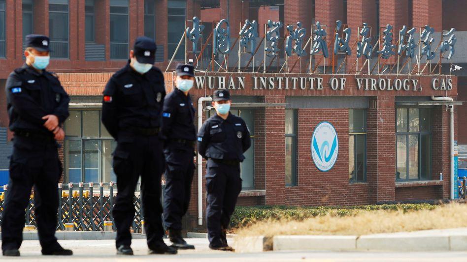 Sicherheitskräfte vor dem Institut für Virologie in Wuhan
