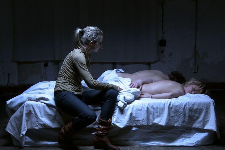 """Szene aus """"Bedways"""": Im Bett sind alle Player"""