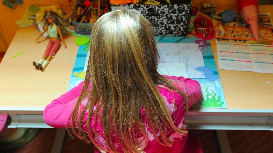 Mädchen bei den Hausaufgaben: Immer mehr Kinder bekommen bei ADHS und anderen Störungen Psychopharmaka