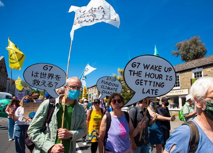 Aufwachen G7!: Gut 40 Kilometer vom G7-Tagungsort entfernt nehmen etwa 2000 Menschen an einem Protestmarsch teil
