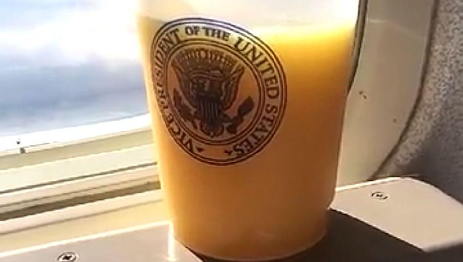 Über den Wolken: Snap von einem Orangensaft aus der Präsidentenmaschine Barack Obamas