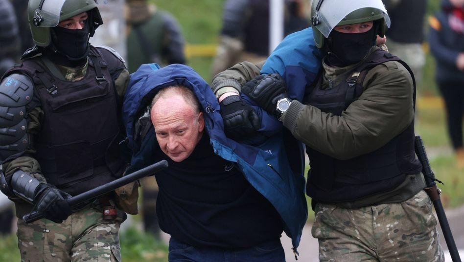 Minsk: Sicherheitskräfte führen einen Mann ab