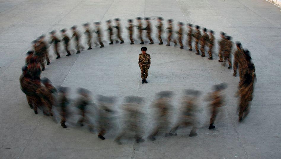 Chinesische Paramilitärs trainieren in der autonomen Uiguren-Region Xinjiang