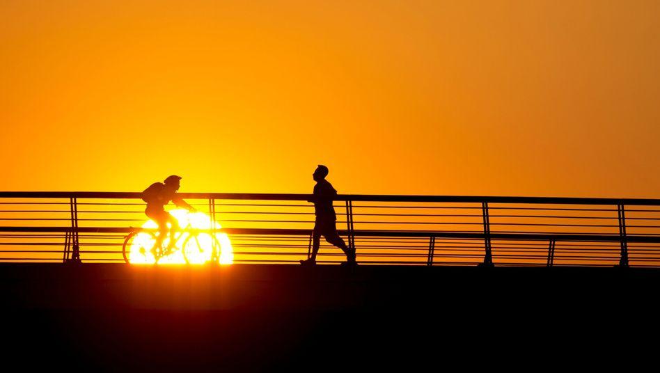 Traumhafter Sonnenuntergang: Für Spätmenschen, die Eulen, die beste Zeit zum Sporttreiben