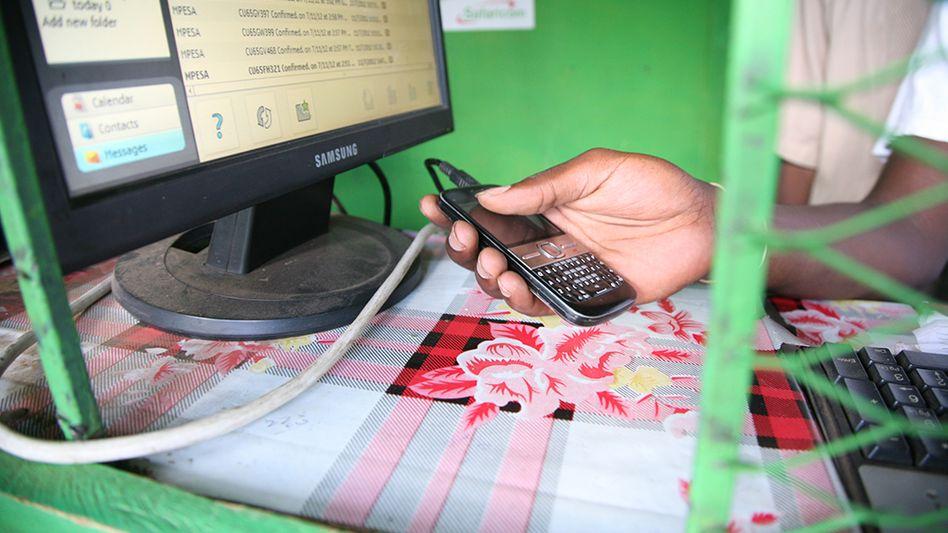 Bezahlen übers Handy (Foto aus Kenia): M-Pesa startet in Rumänien