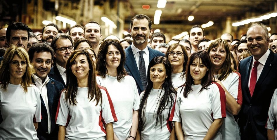 Spaniens König Felipe mit Seat-Beschäftigten in Martorell