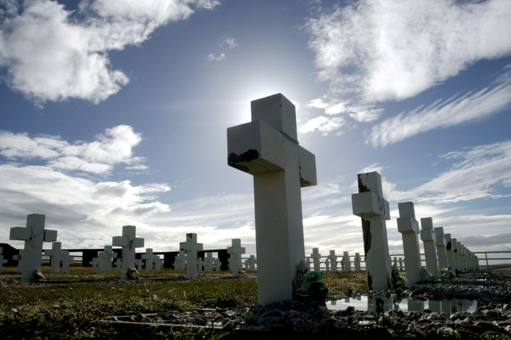 Grabsteine der argentinischen Soldaten auf den Falkland-Inseln: Identifizierung geplant
