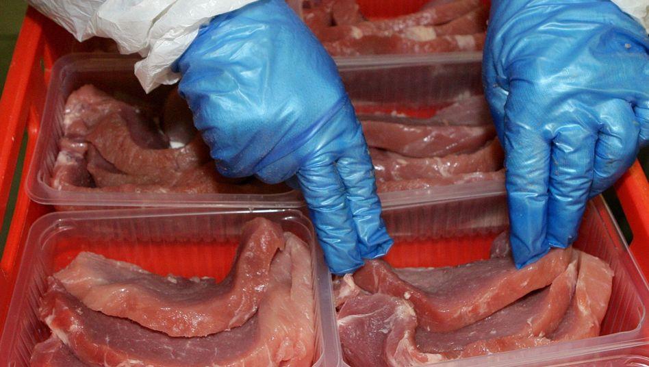 Mitarbeiter einer Fleischfirma verpackt Schnitzel: Nicht immer wirklich frisch