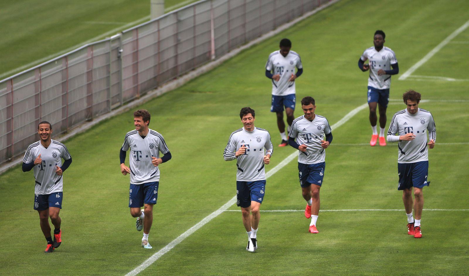 01.05.2020, FCB Training, Saebenerstrasse Muenchen, Fussball, im Bild: Thiago (FCB), Thomas Mueller (FCB), Robert Lewan