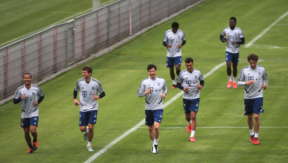 Anfang Mai trainierten sie noch an der Säbener Straße: Die Bayern-Profis bereiten sich auf den Bundesliga-Wiederbeginn vor