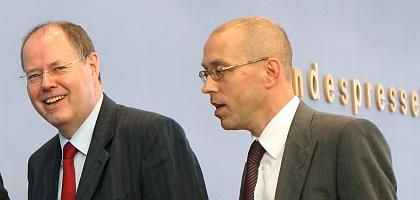 Finanzminister Steinbrück, Staatssekretär Asmussen: Krisenmanager