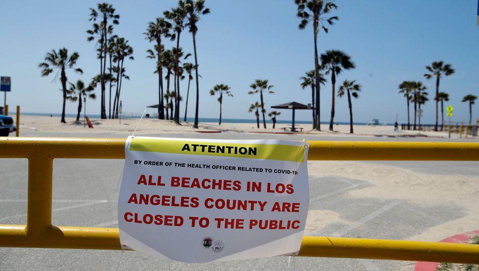 Gesperrter Strand in Los Angeles (im März): Neue Verschärfungen als Reaktion auf steigende Fallzahlen