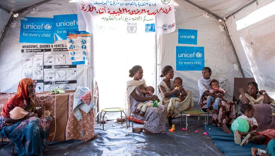 Erst einmal in Sicherheit: Frauen aus der äthiopischen Konfliktregion Tigray stillen ihre Kinder im sudanesischen Flüchtlingslager Umm Rakouba
