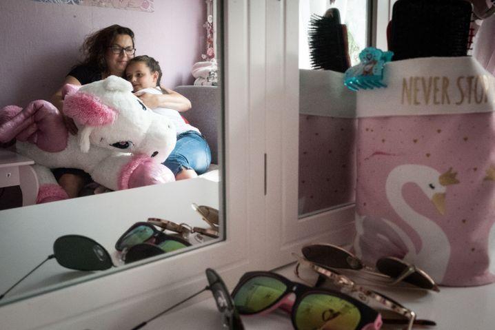Charmaine Wagner und ihre Tochter im Kinderzimmer