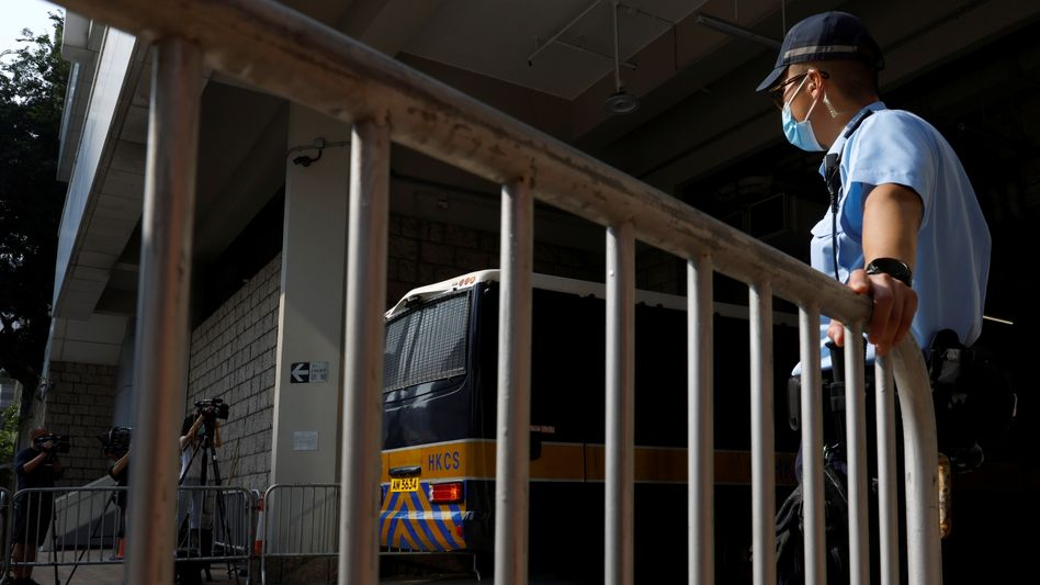 Hinter Gittern: In diesem Gefängnisbus wurde der Hongkonger Tong Ying-kit ins Gericht gefahren, er muss neun Jahre in Haft