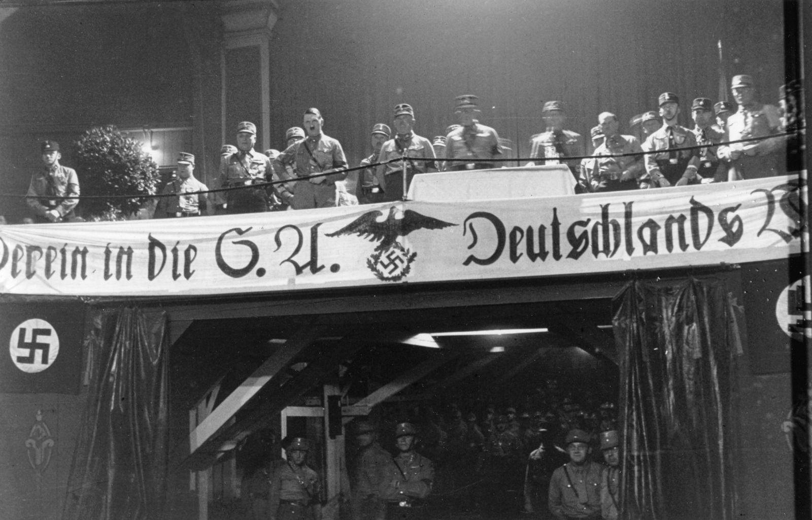 Hitler auf einer Werbeveranstaltung der SA in München