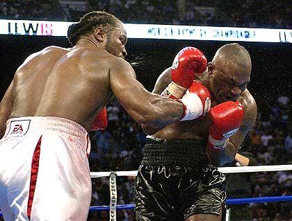 Die Entscheidung: Lennox Lewis (l.) trifft mit seiner Rechten Mike Tyson, der in der achten Runde K.o. zu Boden geht