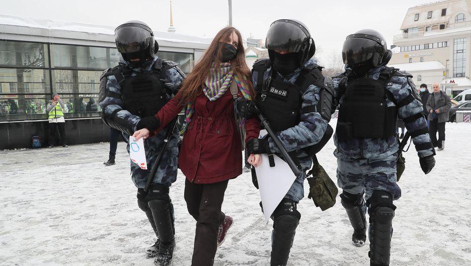 Szene vom 31. Januar: Eine Teilnehmerin einer verbotenen Demonstration in Moskau wird abgeführt