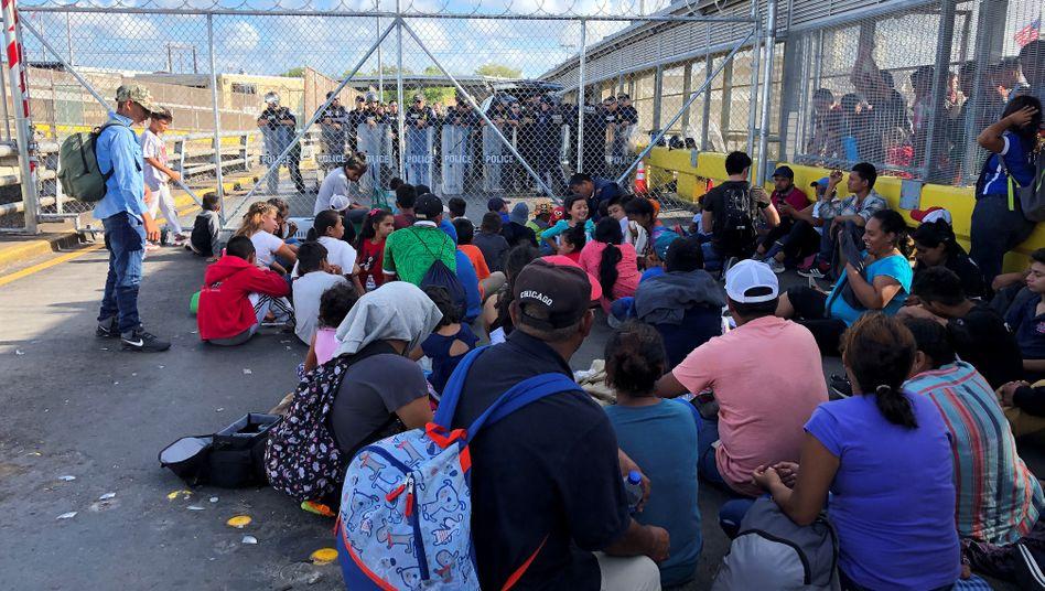 Migranten protestieren an der Grenze zwischen Mexiko und den USA für eine schnellere Bearbeitung ihrer Asylanträge