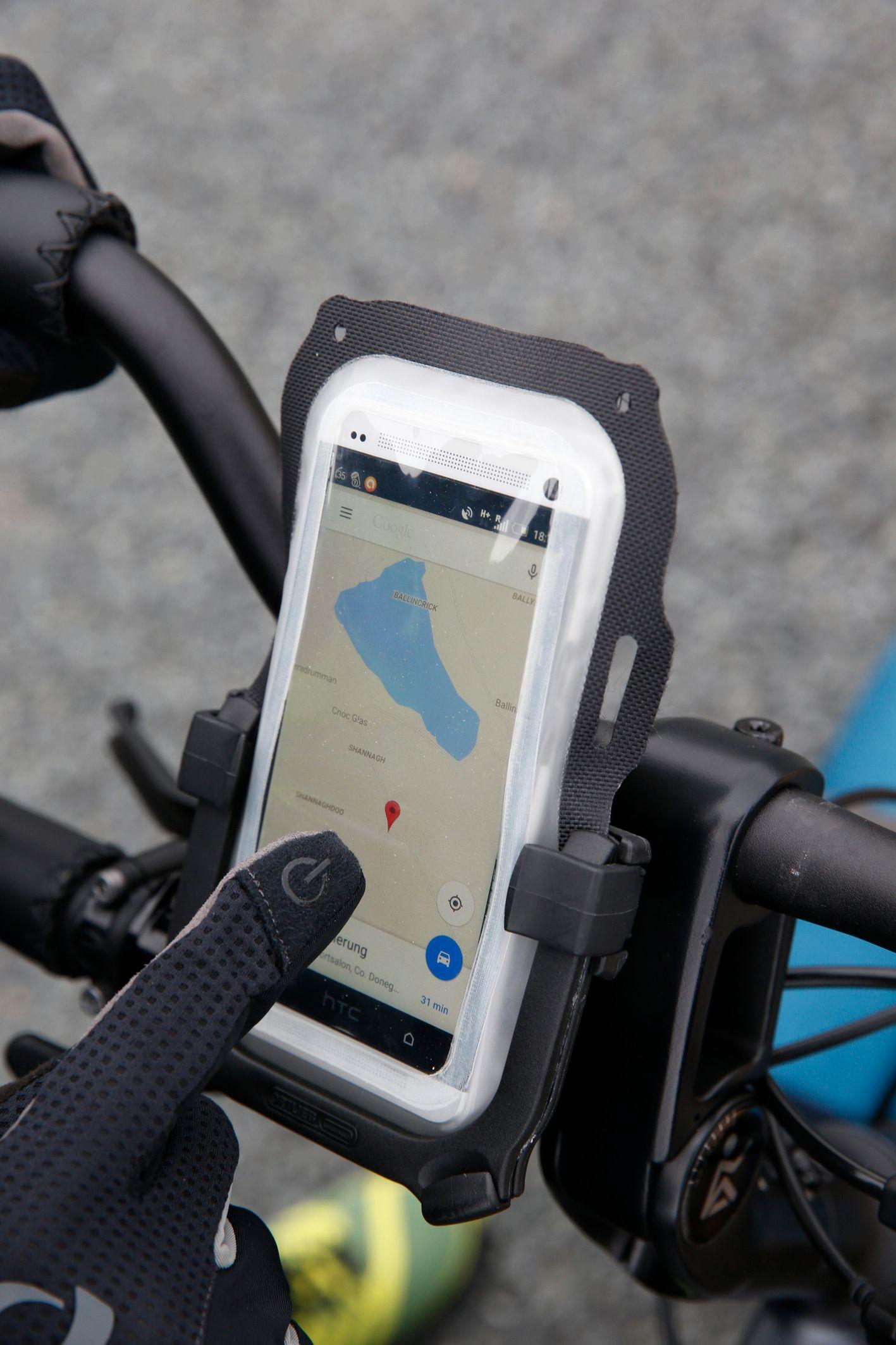 Teils rüsten die Hersteller ihre Handyhalterungen mit einer Wetterschutzhülle aus. Da aber immer mehr Smartphones auch wasserdicht oder spritzgeschützt sind, besteht dazu immer weniger Notwendigkeit.
