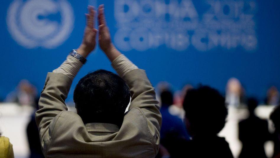 Doha: Ein Teilnehmer applaudiert der Verlängerung des Kyoto-Protokolls