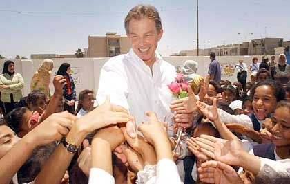 Tony Blair bei seinem Besuch der Truppen in Basra: Druck der Heimatfront