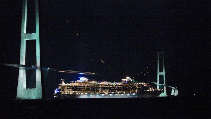 """""""Oasis of the Seas"""": Zentimeterarbeit unter der Autobrücke"""