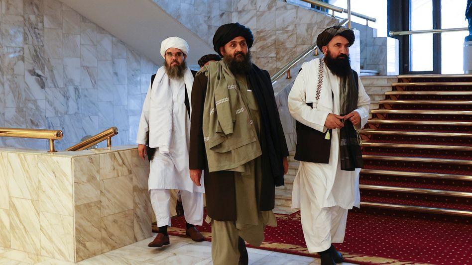 Mullah Abdul Ghani Baradar (Mitte, im März 2021 in Moskau)