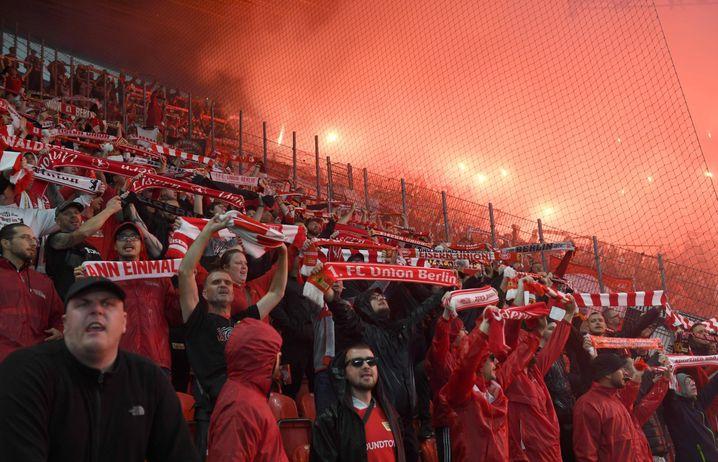 Die Union-Fans brannten schon vor Spielbeginn ein Feuerwerk ab