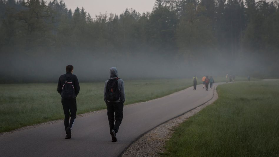 Wanderweg im Morgengrauen in der Pupplinger Au kurz vor dem Ziel Wolfratshausen, Bayern